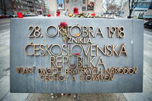 Pamätník založenia ČSR pred Slovenským národným múzeom v Bratislave na nábreží Dunaja.