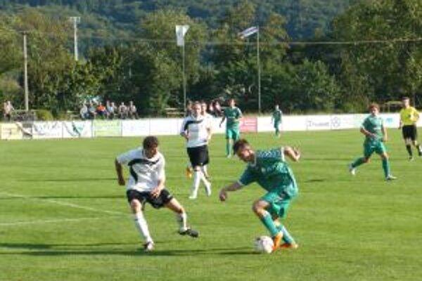 Ladce (v zelenom) zdolali v dôležitom zápase Starú Turú.