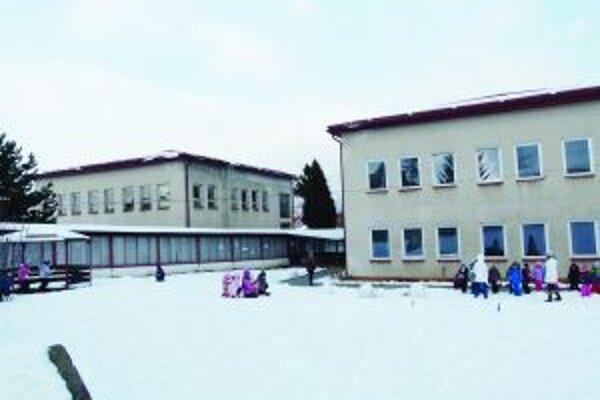 Škôlka má tri staré budovy (tretia je mimo záberu), náklady na jej chod sú vysoké.