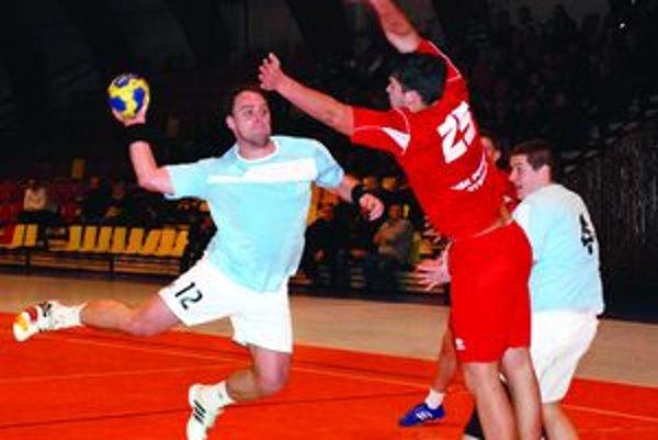 Ladislav Bíro patril k oporám mužstva, súperovi strelil 9 gólov.