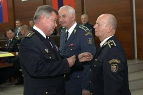 Za dlhoročnú prácu. Odovzdanie ocenení za dlhoročnú spoluprácu (zľava) starosta N. Jičína Stanislav Kotrč, Pavol Štanceľ a Milan Zajasenský.