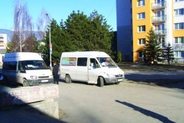 Takto v súčasnosti strely čakajú tesne pri konečnej zastávke MHD na Ľadovni.