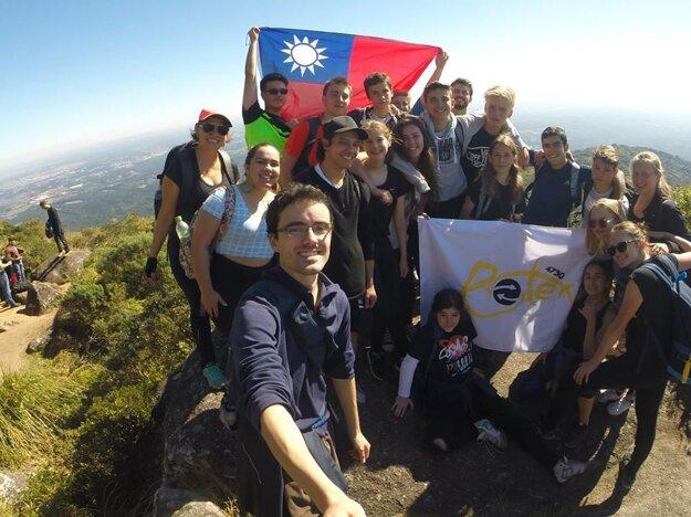 Lívia Melicherová (vpravo dole) spartiou kamarátov počas výmenného pobytu vBrazílii na vrchole hory Morro do Anhangava (1430 m n. m.).