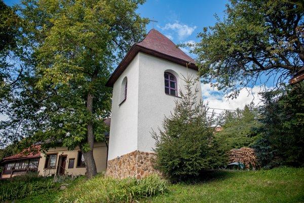 V Horných Pršanoch kostol nemajú, pýchou  je však historická zvonica.
