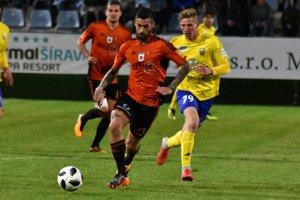 Proti Ružomberku vyrovnával Dawid Kurminowski (vpravo), ktorý mohol v nadstavení streliť aj víťazný gól.
