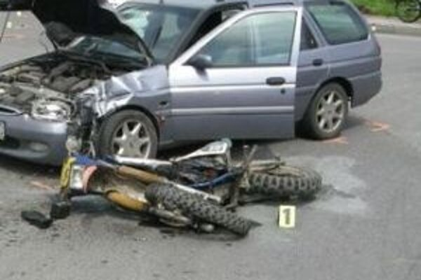 Pod kolesami auta vyhasol život mladého motocyklistu.