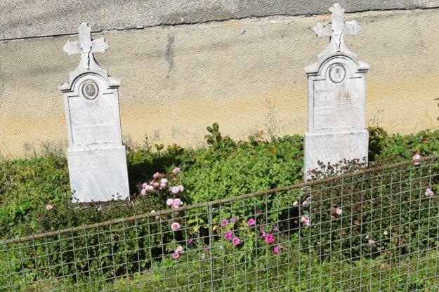 Symbolické hroby v Tuhári.