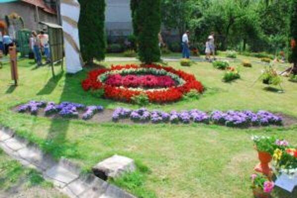 Takýto je každoročný Kvet Podhradia. Plný nádherne naaranžovaných kvetov.