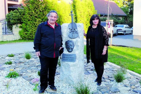 Anina Botošová a Ján Berky Mrenica ml. pri pamätníku svojho otca.