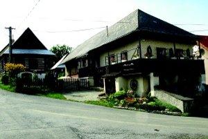 Centrum dediny Turč. Jasena krášlia staré drevené zemianske domy.