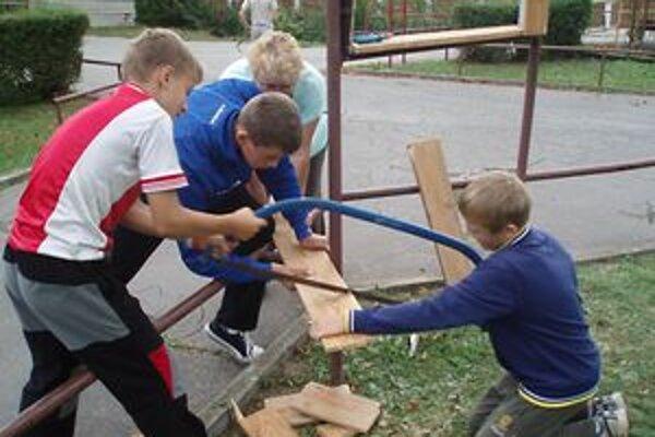 Chlapci pomáhali aj pri chystaní dreva na zimu.