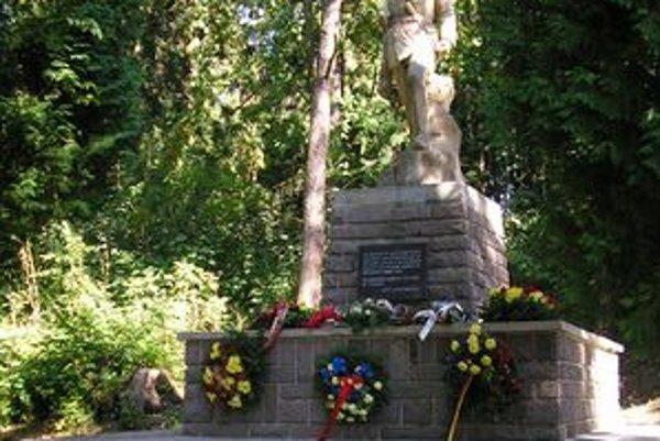 Stopätnásť padlých partizánov má svoj pamätník v Turčianskych Tepliciach Pod Bôrom, vencami ožil 28. augusta.