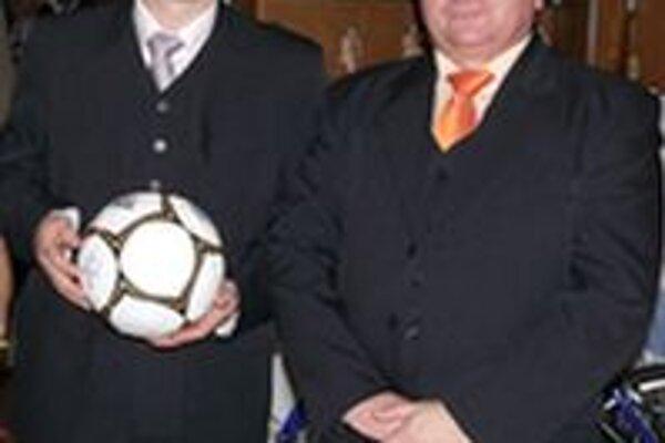 Dobošovci. Mladší sa na futbal dostal, starší ostal doma.