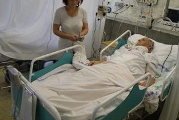 Nehybného pacienta po operácii polohuje sestrička na novom špeciálnom lôžku.