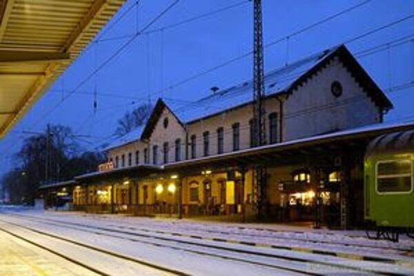 Železničnú stanicu vo Vrútkach navštevujú bezdomovci pomerne často.