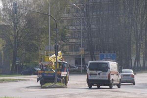 Do semaforu minulý pondelok nabúral opitý vodič, odvtedy nefungovala na križovatke celá svetelná signalizácia. Sprevádzkovali ju až dnes.
