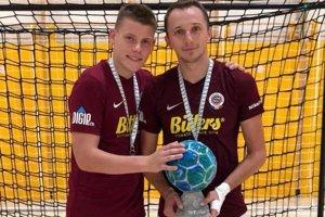 Tomáš Drahovský (vpravo) s prvou pražskou trofejou. So Spartou je získal v chorvátskom Omiši.