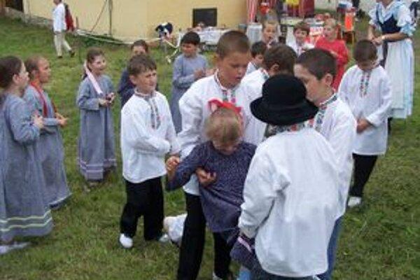 Detský folklórny súbor Drienča z Krpelian sa pripravuje na vystúpenie.