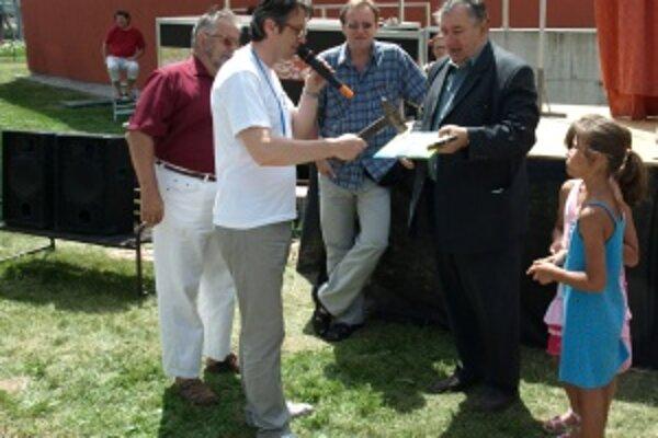 Veľkým kladivom. Novú knižku pokrstil aj organizátor Kováčskych dní 2010 František Mičuda a zaprial jej veľa čitateľov.