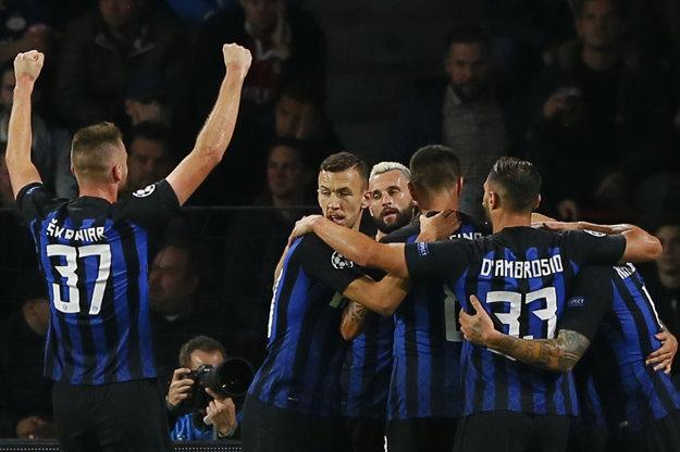 Milan Škriniar (vľavo) sa raduje so svojimi spoluhráčmi po jednom z gólov.
