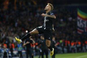 Neymar oslavuje tretí gól do siete Crvenej Zvezdy.