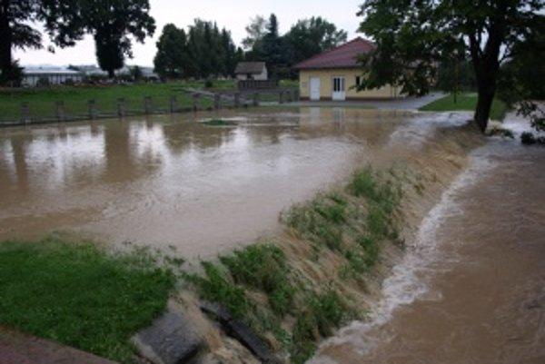 Dom smútku v Diviakoch obklopila voda.