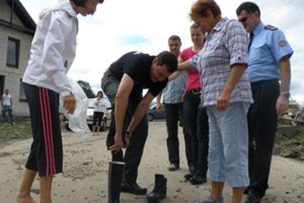 Dražkovčanka priniesla ministrovi Lipšicovi gumáky, aby sa osobne poprechádzal po ich vytopených príbytkoch.