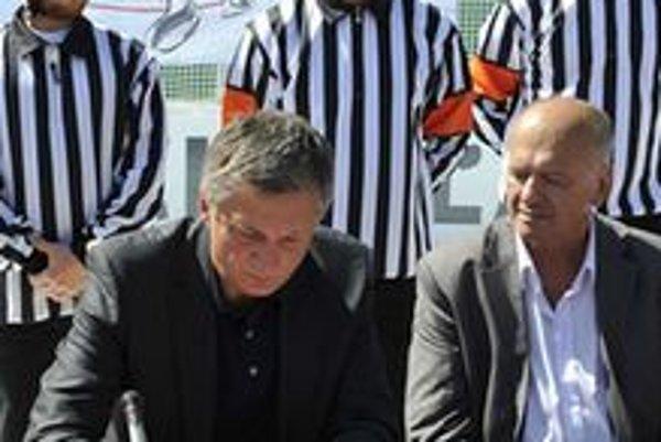 Podpis zmluvy. Spoluprácu písomne spečatili konateľ spoločnosti Mounfield SK Ivan Drbohlav (vľavo) a riaditeľ MHC Martin Ján Ilgo.