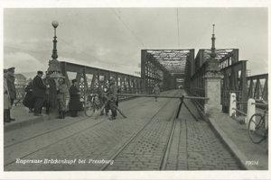 Hraničný priechod medzi Nemeckom a Slovenskou republikou na Starom moste v roku 1942.