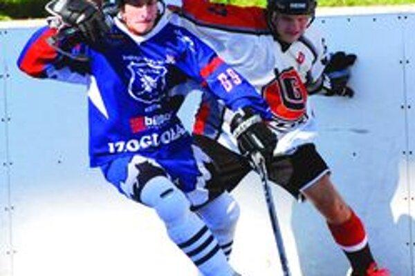 Michal Hulej ( v modrom) sa po zranení dostáva do zápasového rytmu.