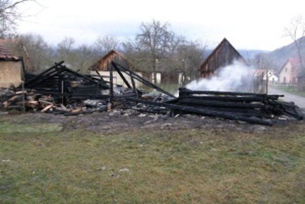 Toto zostalo z humna po požiari. Hasiči ho uhasili po 60 minútach od lokalizácie.