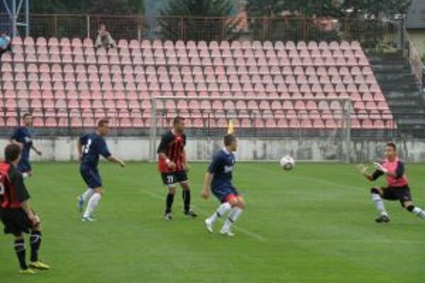 Brankár Topoľuían kryje gólovú strelu F. Vavríka (úplne vľavo).