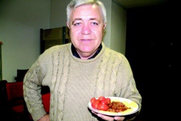 František Tyukos. Maďarom nechýbajú na stole pikantné klobásy.