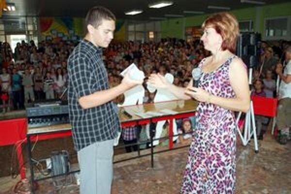 Najúspešnejší žiaci získali darček od rady školy.