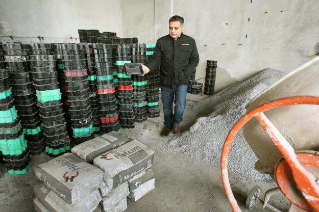 Manažér Združenia mladých Rómov Ivan Mako v novej prevádzke na výrobu zámkovej dlažby. Priestory, materiál aj plastové formy sú už pripravené.