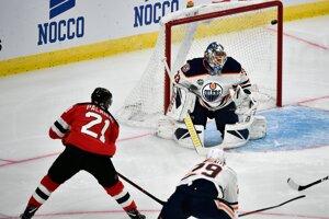 Kyle Palmieri z New Jersey strieľa jeden zo svojich gólov do siete Edmontonu. Zápas sa hral vo švédskom Göteborgu.