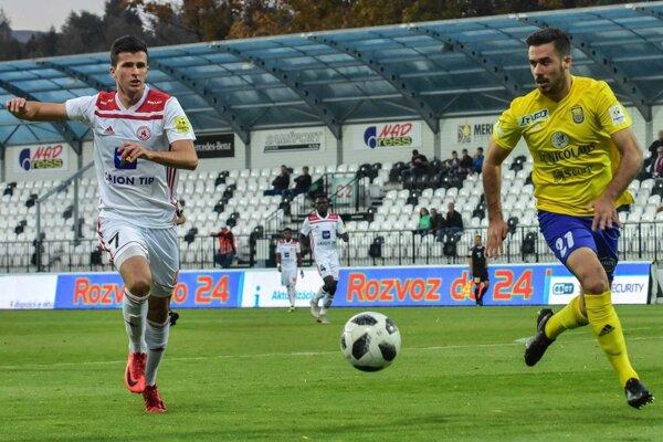 Prvý gól Michaloviec proti Trenčínu dal po rohu Španiel Carrillo (vpravo).