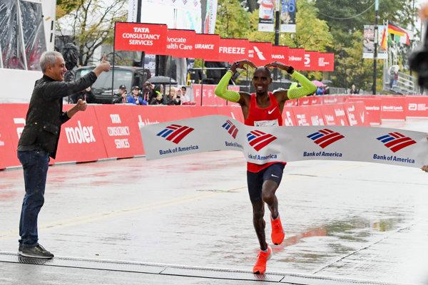 Mo Farah prechádza cieľom chicagského maratónu.