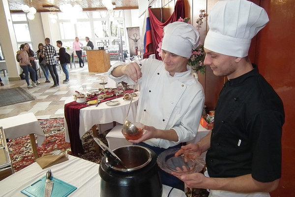 V ruskej kuchyni nechýbal typický ruský boršč.