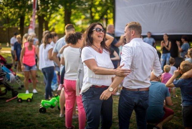 Martin Kapitulík s Jarkou Gažovou počas letného kina v Bôrickom parku, ktoré zorganizovali pre Žilinčanov.