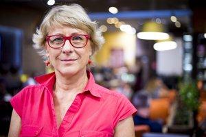 Katarína Farkašová (1953) vyštudovala filmovú dramaturgiu a scenáristiku na bratislavskej VŠMU, neskôr si doplnila vzdelanie o kanadský trojročný kurz o ľudských právach, o sociálne poradenstvo v Bratislave, psychoanalýzu v Prahe a Gender Issues vo Viedni. Trinásť rokov pôsobila ako dramaturgička vo filmových ateliéroch Koliba. Od roku 1994 je riaditeľkou Aliancie žien Slovenska, ktorá sa zaoberá ochranou ľudských práv žien.