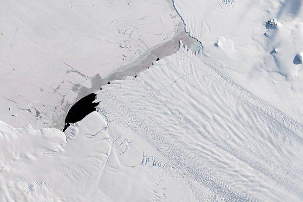 Minulý rok sa od ľadovca Pine Island (od stredu obrázka smerom vpravo dolu) odlomil obrovský kus ľadu. Jemná čiara krížom cez ľadovec je zlom.