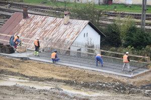 Na stavbe sú v súčasnosti rozbehnuté stavebné práce na všetkých realizovateľných stavebných objektoch.