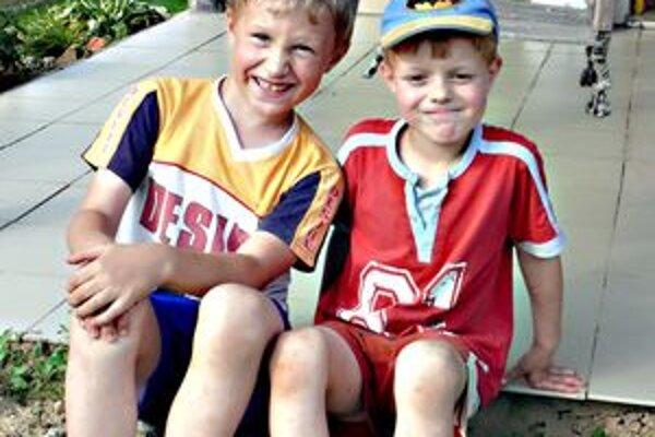 Patrik (vľavo) mal na prázdninách aj kamaráta.