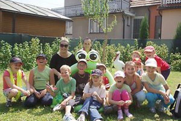 Deti si našli čas aj na spoločnú fotografiu.