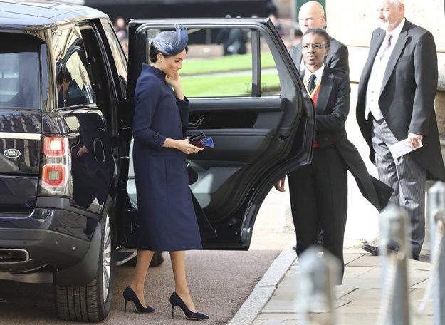 Vojvodkyňa Meghan prichádza na svadbu princeznej Eugenie. Špekulácie o jej tehotenstve sa objavili už počas slávnostného dňa.