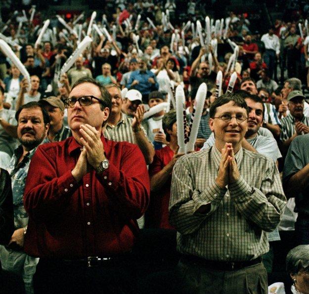 Paul Allen (vľavo) a Bill Gates (vpravo) v roku 1999 na zápase tímu Portland Trail Blazers, ktorý Allen vlastnil.