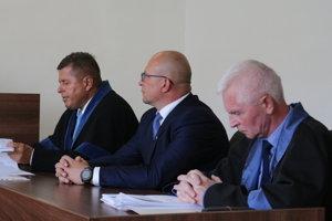 Popradský primátor na súde (v strede).