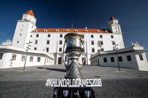 Slávny Gagarinov pohár - trofej pre víťaza Kontinentálnej hokejovej ligy pred vchodom do Bratislavského hradu.