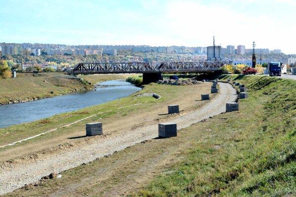 Výstavba cesty pri Hornáde je v plnom prúde, úsek by mal byť hotový do konca decembra.